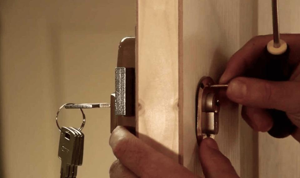 apertura de puertas 960x571 - Colocación y Reparación de Cerraduras de Seguridad Valencia
